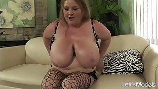 Big-tit fat girl Sienna Hills fingers her twat 'til she cums