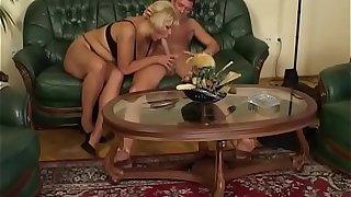 Dicke geile Schlampe wird auf der Couch gefickt - Fat chubby young bitch fucked